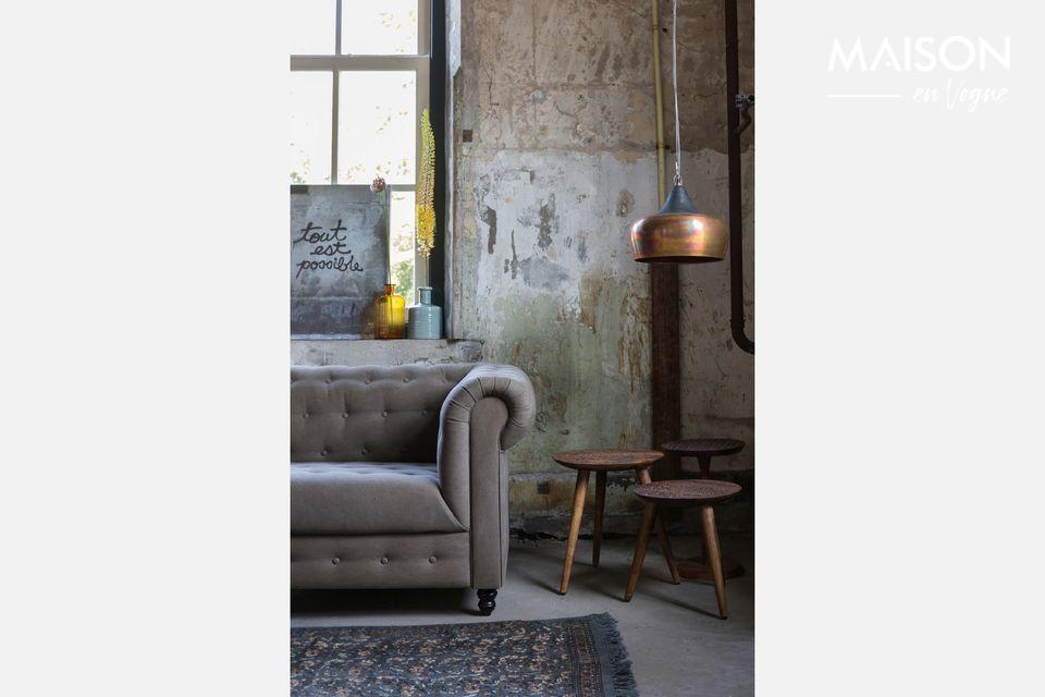Ponga un toque de exotismo en su sala de estar con esta bonita mesa con una tapa esculpida