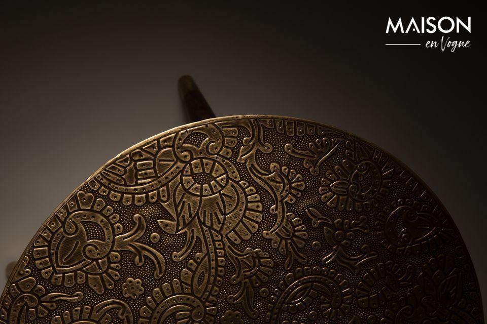 Los detalles de las piezas finales de metal dorado completan un elegante mueble con un aspecto