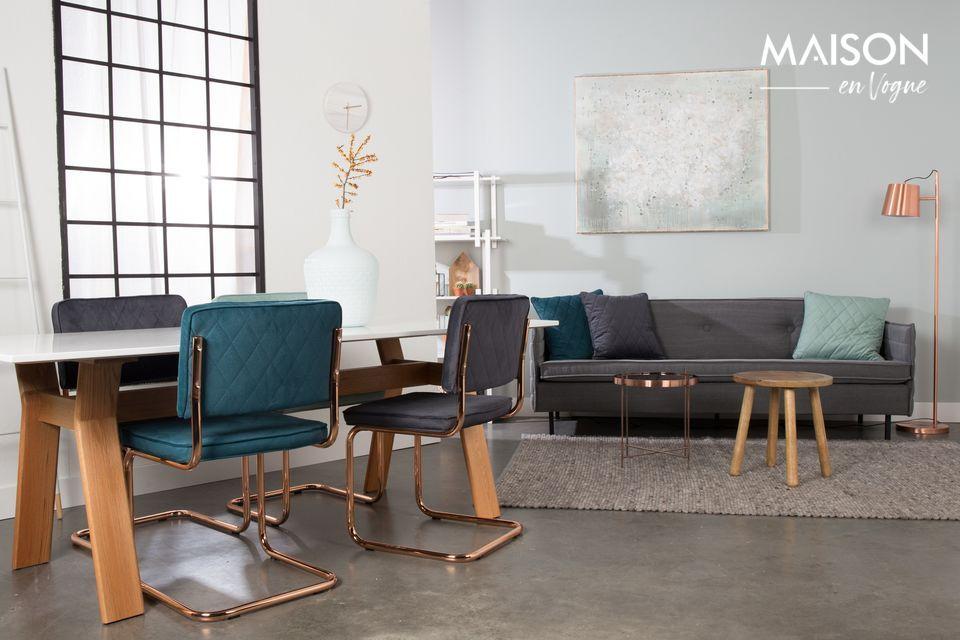 Los reflejos dorados y el color moderno de la mesa auxiliar de cobre de Cupido vestirá su interior