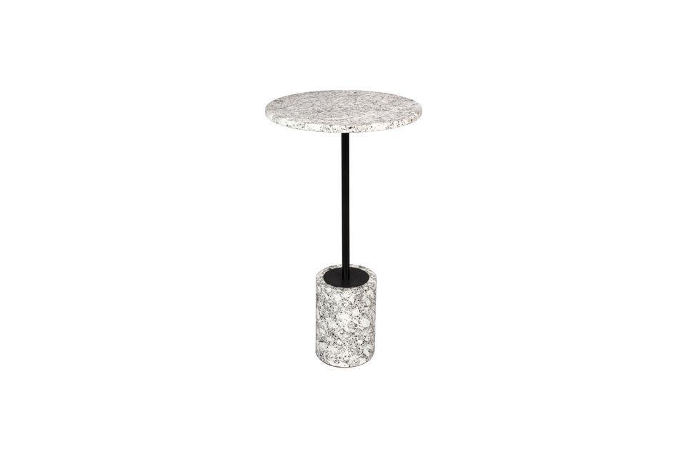La base cilíndrica también está hecha de mármol blanco y el pie está hecho de una varilla de