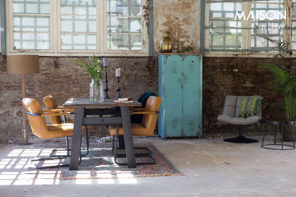 Una mesa rústica y decorativa que combina el estilo moderno y tradicional