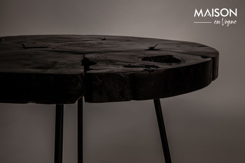 En cuanto a la base, está hecha de hierro y pintada de negro