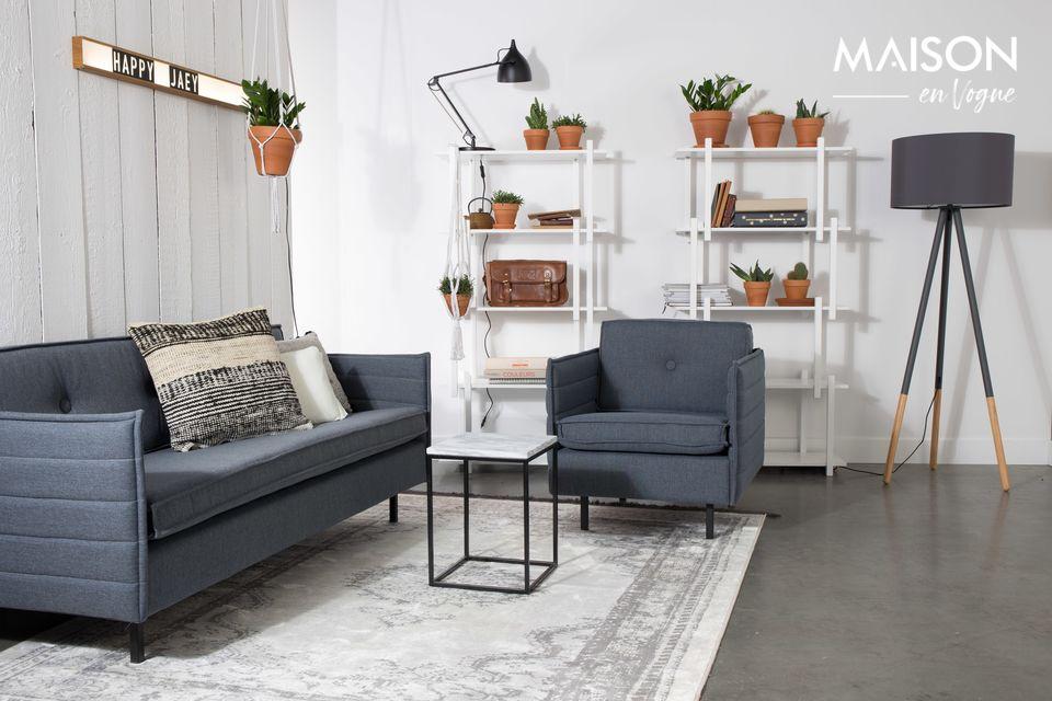 Una pequeña mesa con un diseño noble y arquitectónico