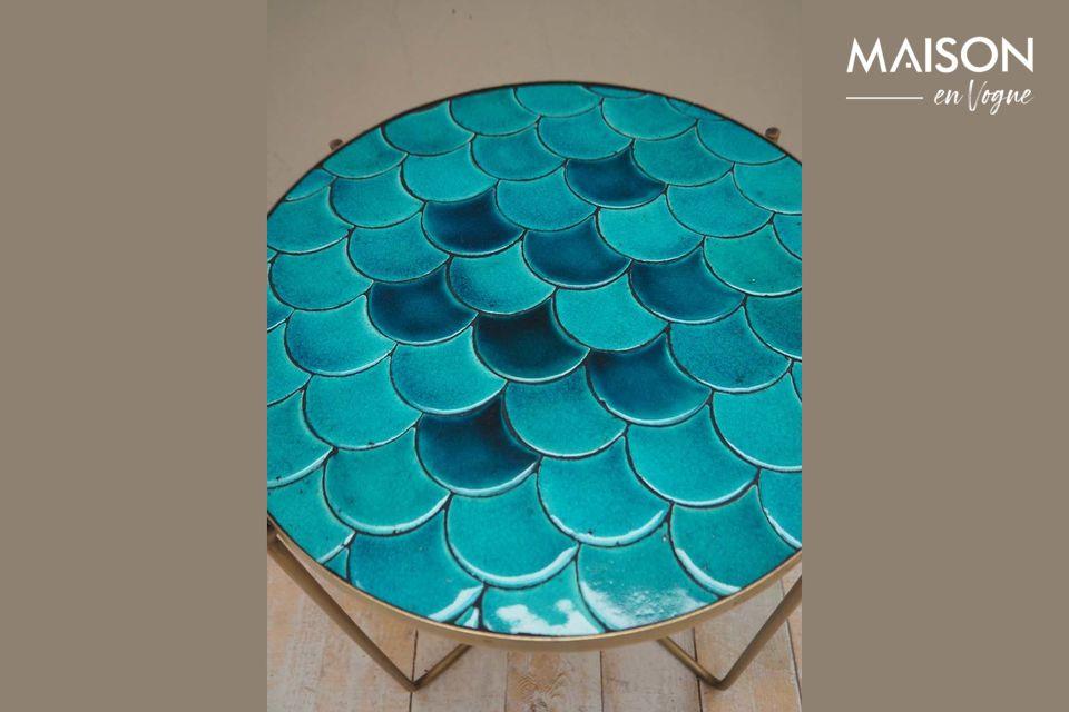 La mesa lateral de la Séguret ofrece una arquitectura inusual con sus escamas azules diseñadas en