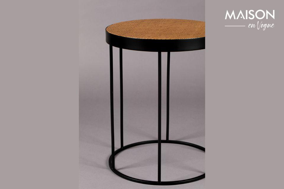 Ofrece una mesa terminada con papel kraft tejido y luego lacada, con los patrones tradicionales