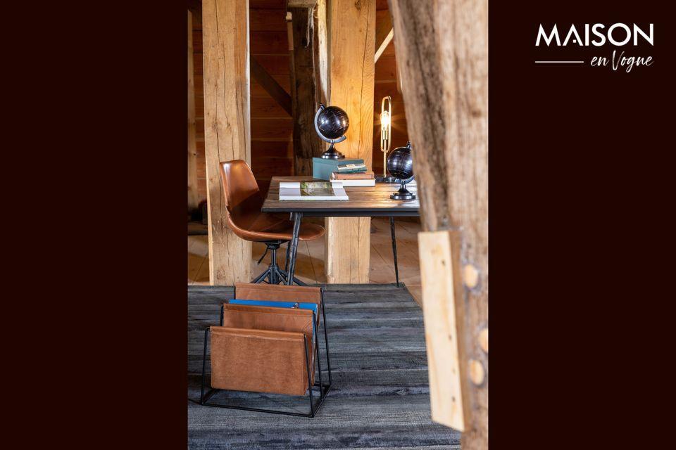 La mesa de comedor de Pepper deriva su encanto y elegancia de la inesperada combinación de acero