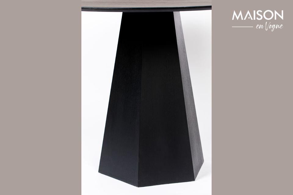 Su elegante color negro permite que se adapte a muchas decoraciones interiores
