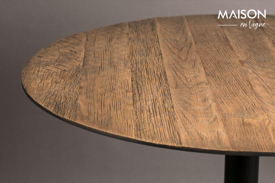 La alianza de la madera y el metal refuerza el refinamiento de esta pieza