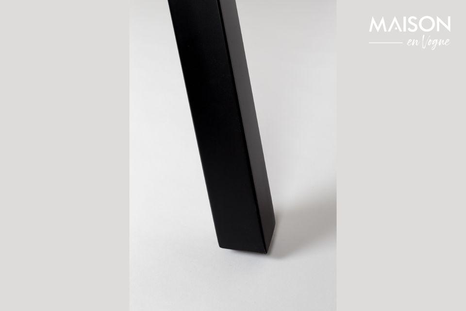 Madera natural, acero negro y un patrón anticuado