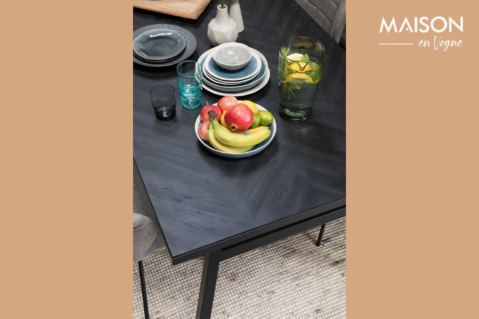 Una mesa moderna con líneas limpias