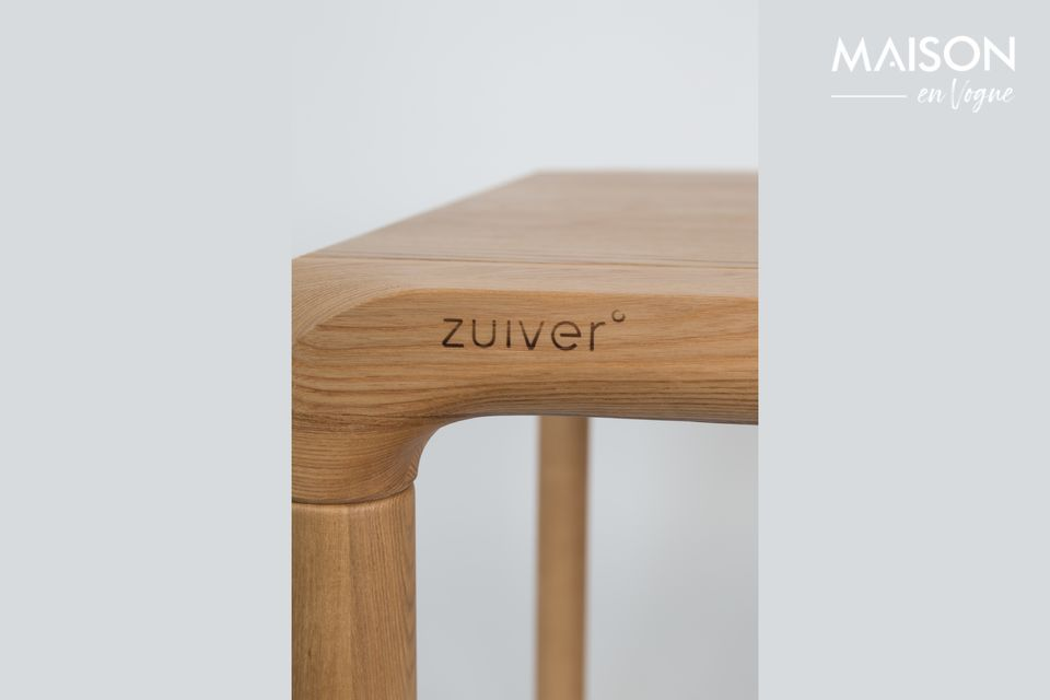 Las patas, hechas de madera de fresno macizo, son rechazadas en los cuatro extremos