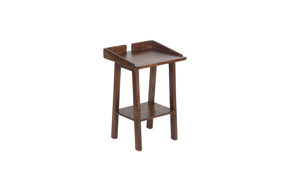 Con su madera de mango oscuro, este pequeño mueble esencial aporta una nota cálida