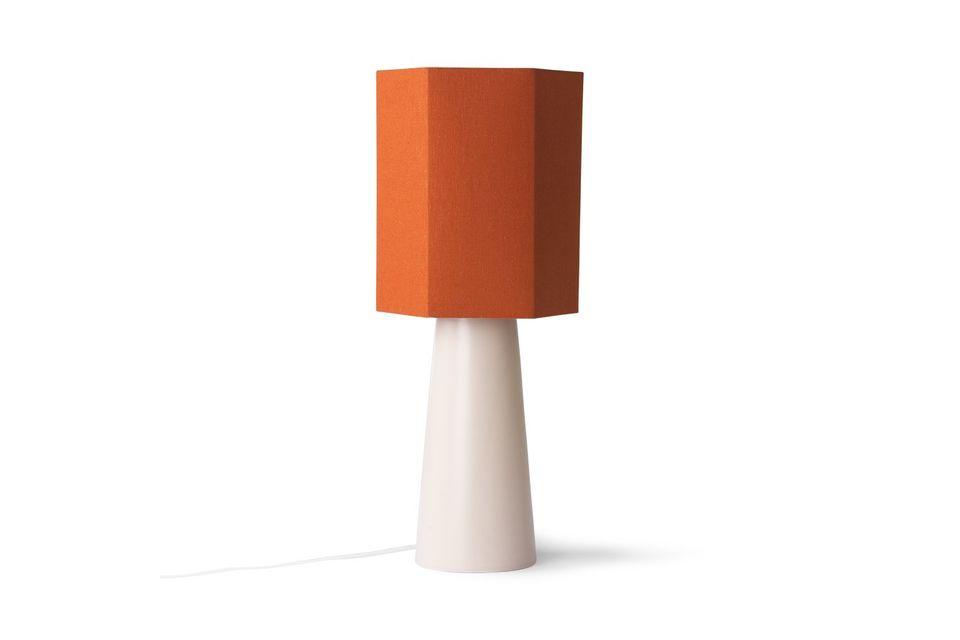 Su forma geométrica y su enérgico color lo convierten en un elegante accesorio