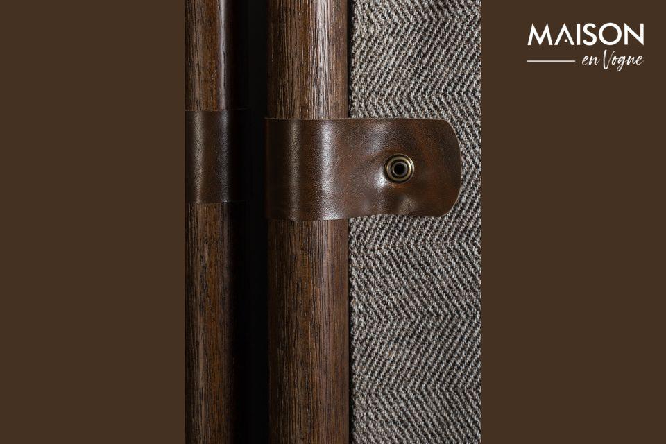 Hecho de una estructura de madera de haya lacada en marrón oscuro y paneles de tela de poliéster