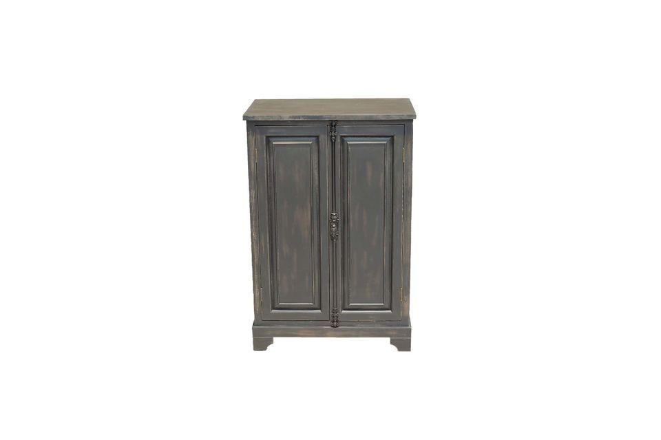 Apreciará su acabado antiguo con su cierre anticuado que le da el sello de un mueble de un