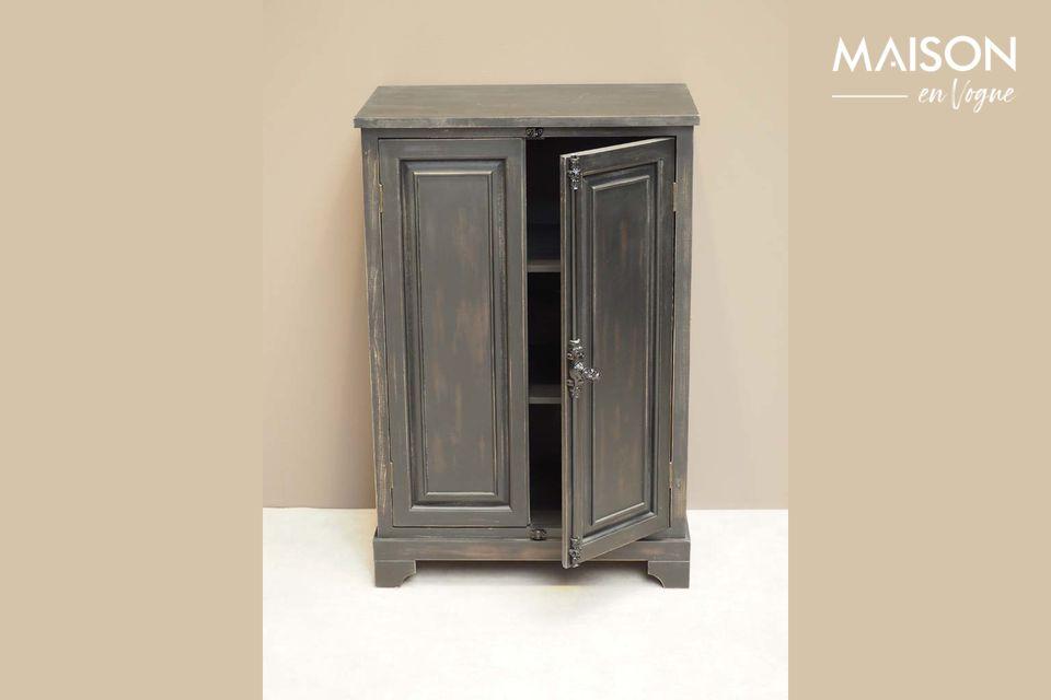 Este pequeño armario está hecho de madera de pino, pintado en pátina negra