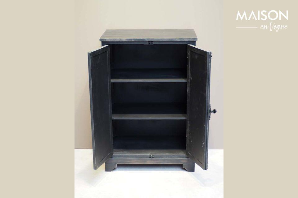 Un pequeño armario de madera negra con acabado antiguo