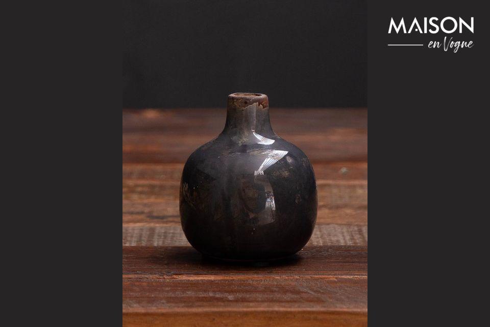 Este pequeño jarrón de cerámica encontrará fácilmente su lugar en su casa