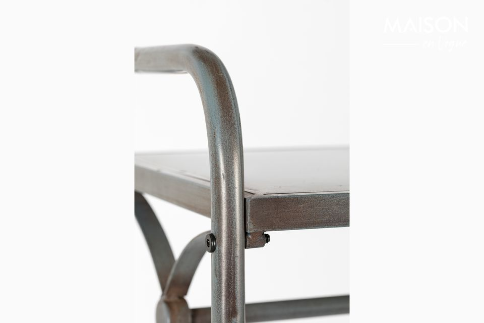 Está hecho de hierro lacado en plata con un tirador de latón