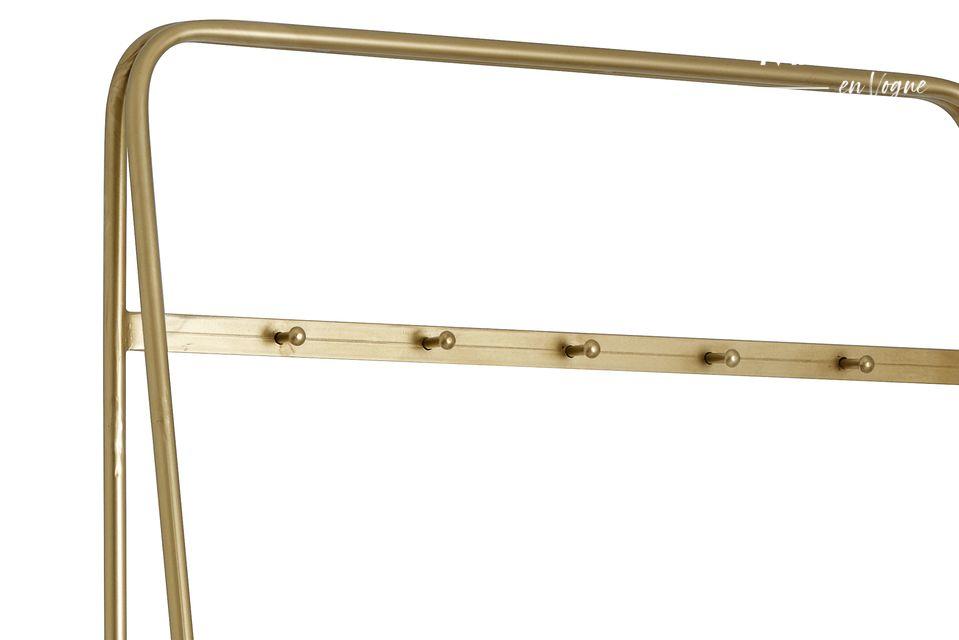 Un elegante perchero de oro