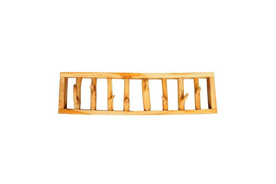 Con su estructura de madera ligeramente teñida, este objeto decorativo impone su originalidad