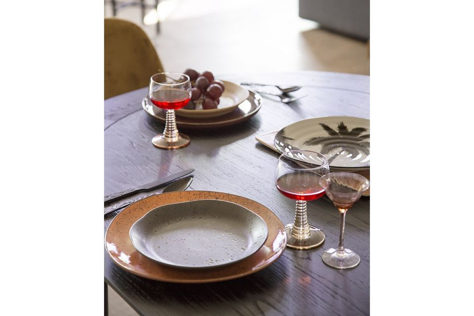 Adornado con una palmera pintada a mano, este plato de cerámica seduce por su estilo gráfico