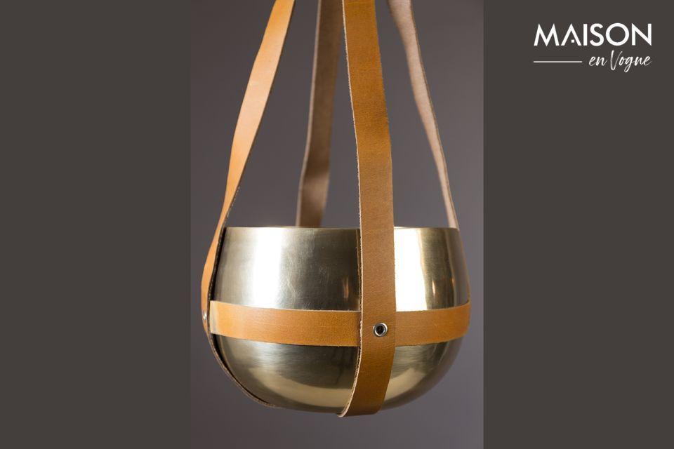 La combinación del metal moderno e industrial con la autenticidad del cuero lo convierte en un