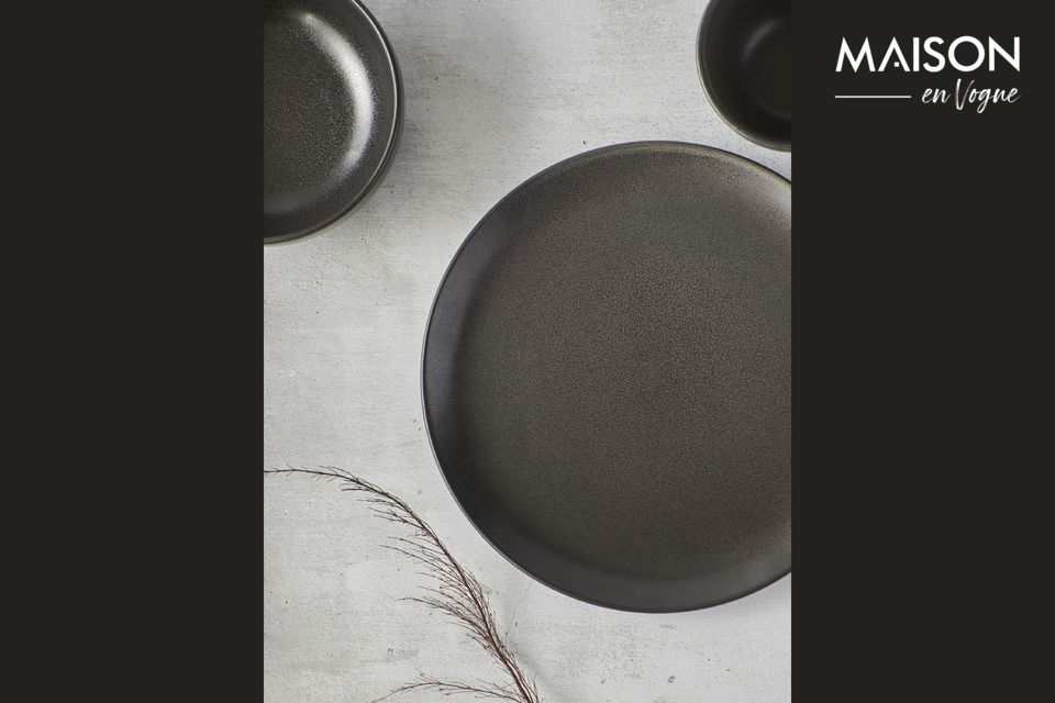 La elegancia del gris oscuro viste el plato de Mirha Granit