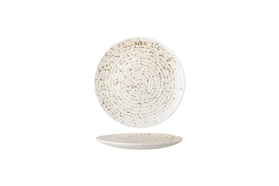 Este plato de gres hace la elección de colores y detalles sobrios para sublimar la artesanía e