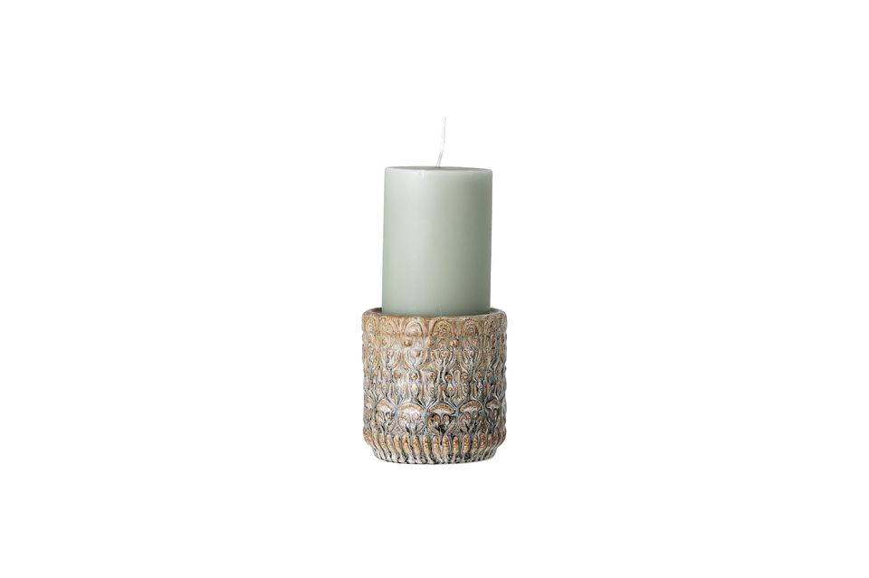 Tiene 10 cm de alto y 10 cm de diámetro, está diseñado para sostener grandes velas