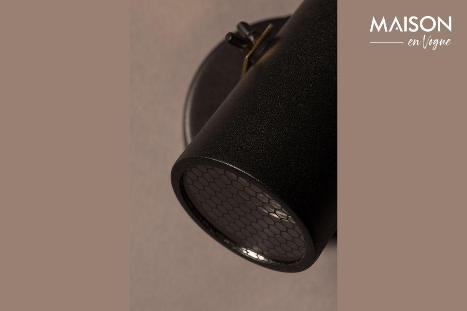 Con su pantalla de acero lacado negro y su soporte de latón