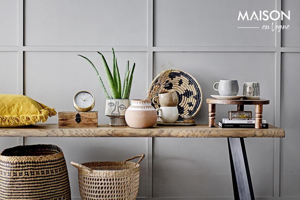 Un pequeño, minimalista y contemporáneo reloj de mesa