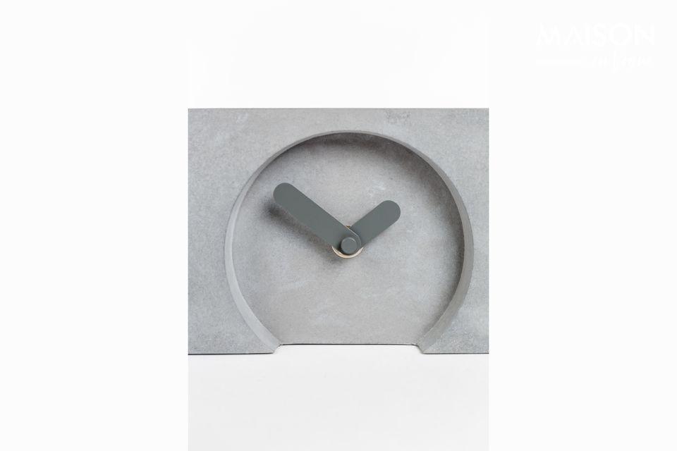 Los tres relojes pequeños están decorados con gruesas manecillas grises de aluminio