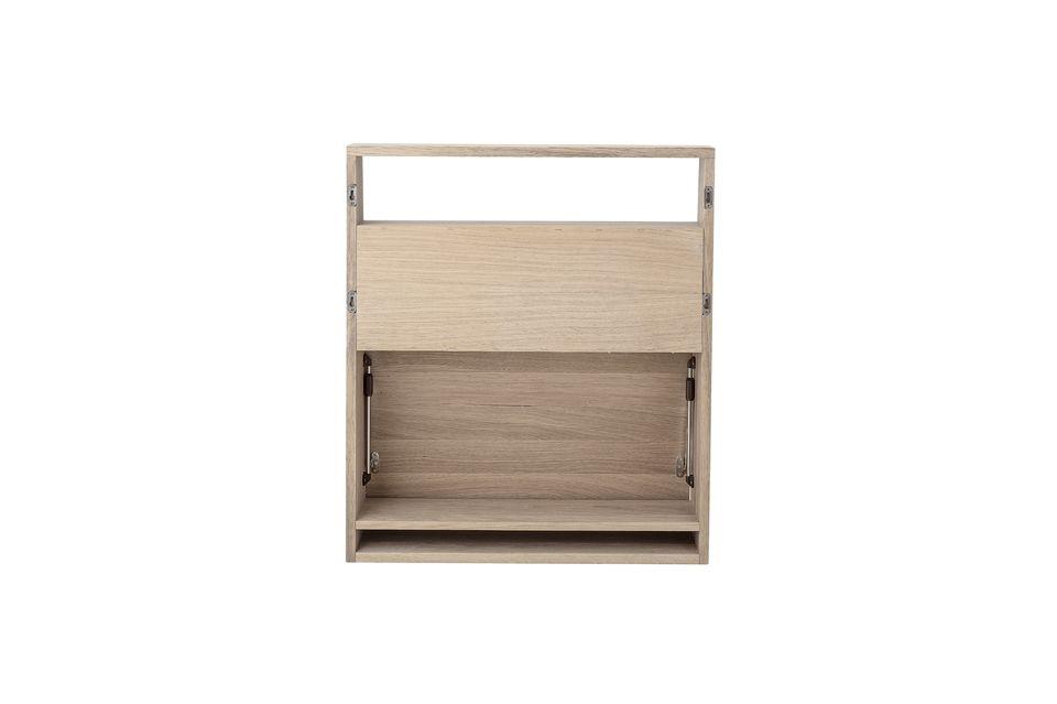 Su forma biselada limita el espacio requerido, permitiéndole aprovechar dos estantes