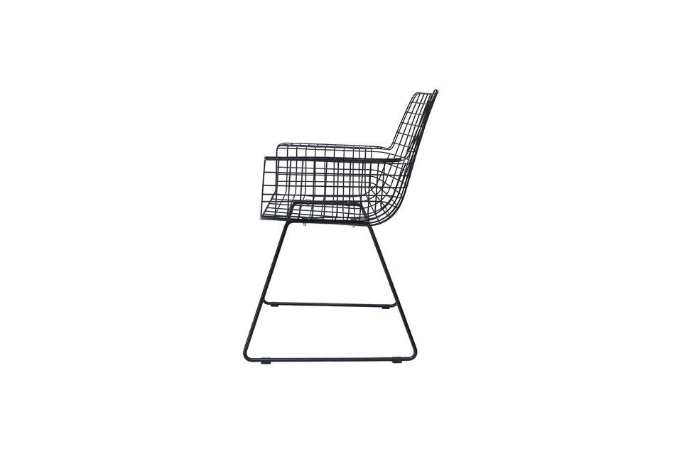 De color negro y con unas medidas de 72 x 56 cm, esta silla encaja fácilmente en su espacio