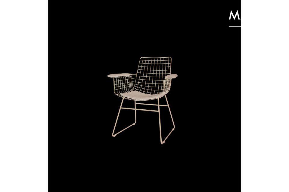Hecha de metal y plástico, la silla Altorf es fácil de mantener durante todo el año