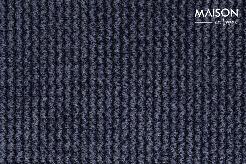 La silla Benson Azul Oscuro parece mostrar un diseño sobrio y despejado con su tapicería de