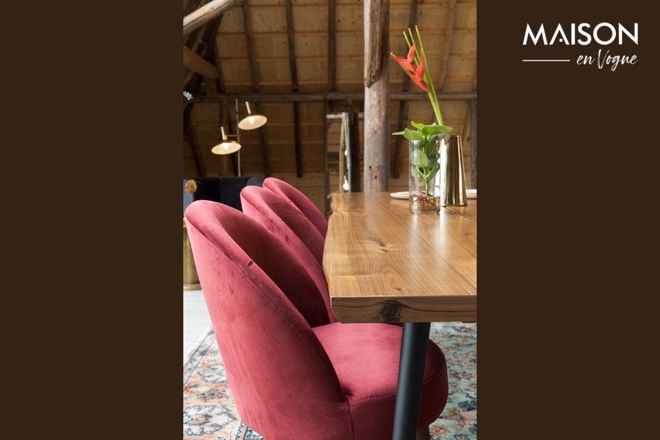 Una silla de terciopelo rojo muy bonita