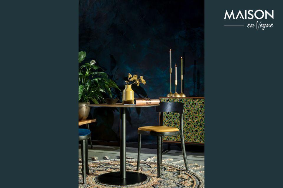 Bonita combinación de madera y terciopelo alrededor de este modelo de silla de mesa