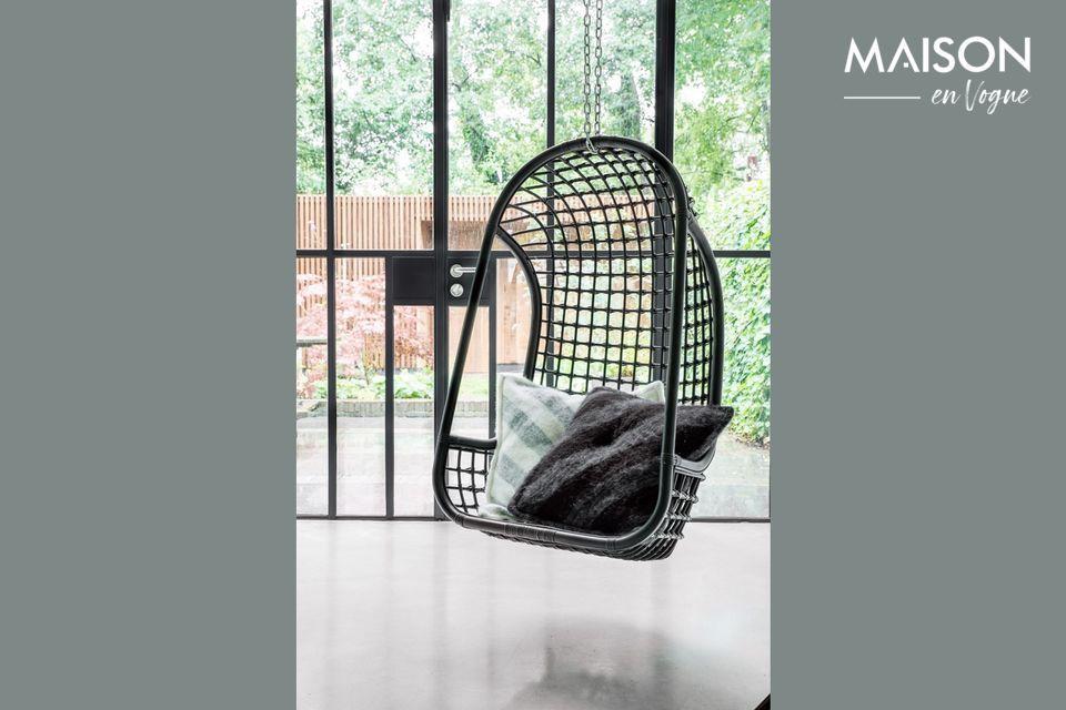 Una elegante silla colgante para un confort óptimo