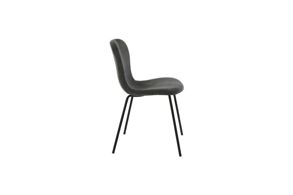 Una silla de terciopelo antracita con patas de metal negroEsta elegante silla con su silueta