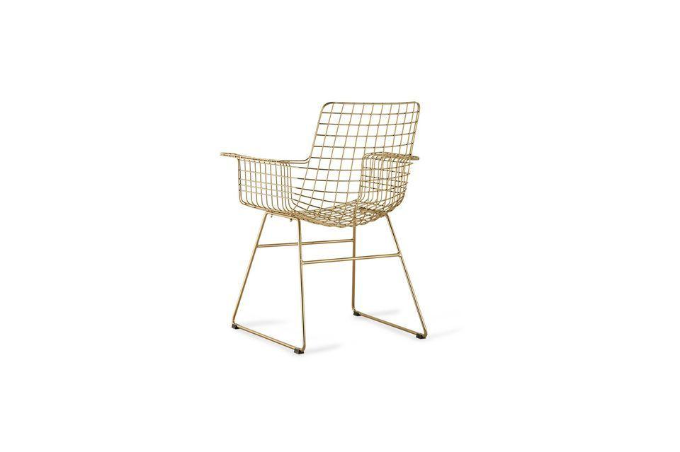 Diseñado en latón dorado, este sillón tiene una estructura de alambre a cuadros