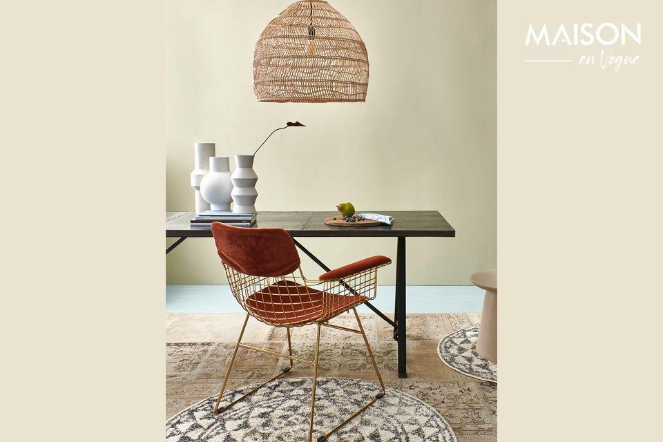 Un sillón de metal dorado para un estilo retro