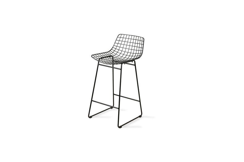 Este taburete de bar combina la altura con el aspecto de una silla