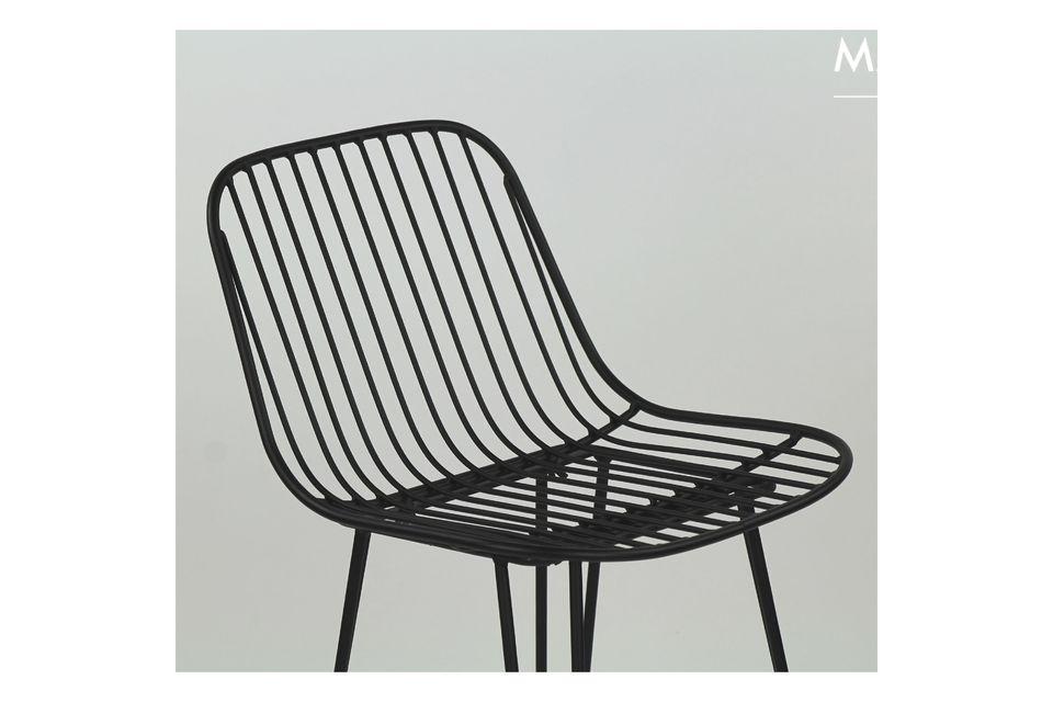 Una silla metálica estilo bar