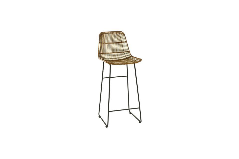 Este modelo de silla de bar Sun está equipada con una base de metal con reposapiés a una altura