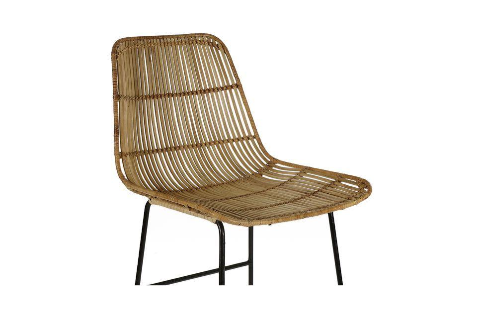 Una silla de mimbre y barra de metal con un diseño contrastado