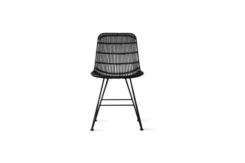 Tejido a mano, el mimbre cubre el asiento en un diseño tradicional con un encanto innegable