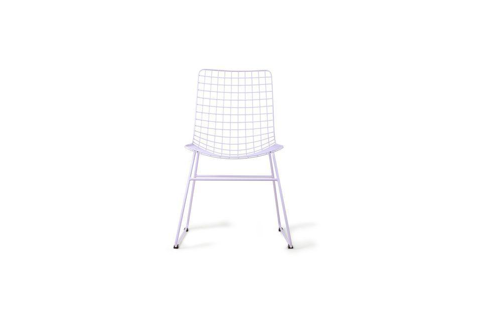 El asiento y el respaldo están hechos de alambre de metal formando una rejilla