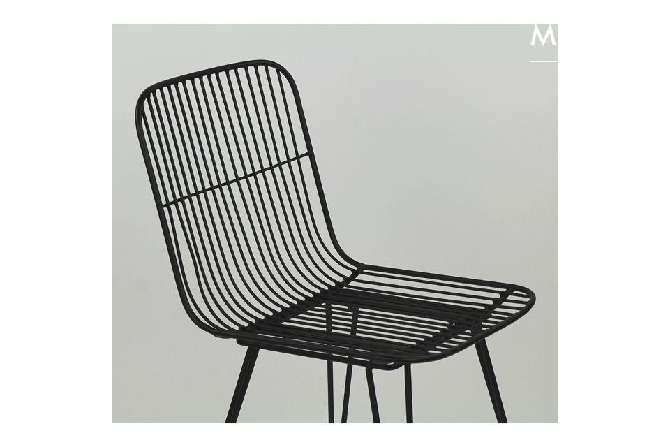 Una silla de metal lacado negro para una fácil integración en su nuevo universo.
